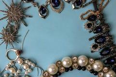 Pięknego cennego błyszczącego jewellery biżuterii modny wspaniały set, kolia, kolczyki, pierścionki, łańcuchy, broszki z perłami zdjęcia royalty free