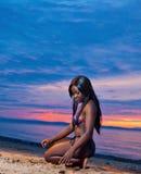 Pięknego czarnego afrykanina Amerykańska kobieta pozuje na plaży Fotografia Royalty Free