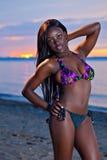 Pięknego czarnego afrykanina Amerykańska kobieta pozuje na plaży przy su Fotografia Royalty Free