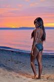 Pięknego czarnego afrykanina Amerykańska kobieta pozuje na plaży przy su Zdjęcia Royalty Free