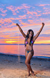 Pięknego czarnego afrykanina Amerykańska kobieta pozuje na plaży przy su Obrazy Stock