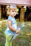 Pięknego Dwa roczniaka dziewczyny mienia kolorystyki rysunkowa książka w ona Obraz Stock