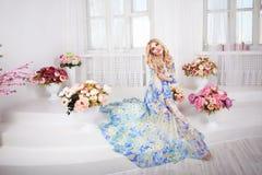 Pięknego dziewczyna modela kobiety portreta fachowy makiyad i włosy w kwiacie ubieramy na kwiecistym tle, jaskrawy brzmienie, róż Zdjęcia Royalty Free