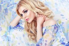 Pięknego dziewczyna modela kobiety portreta fachowy makiyad i włosy w kwiacie ubieramy na kwiecistym tle, jaskrawy brzmienie, róż Obrazy Royalty Free