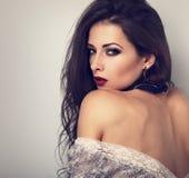 Pięknego ekspresyjnego makijażu wzorcowy pozować w popielatej bluzce na plecy fotografia stock