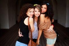 pięknego grupowego uściśnięcia plenerowe trzy kobiety Fotografia Stock