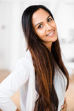 Pięknego Indiańskiego kobieta portreta szczęśliwy ono uśmiecha się Fotografia Stock
