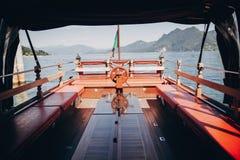 Pięknego jachtu drewniany pokład z steru kołem żegluje Borromean wyspy na Lago Maggiore, Stresa miasto, Włochy jeziorny target202 obrazy stock