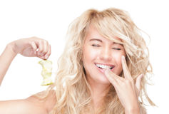 Pięknego kobiety mienia jabłczany sedno i target1036_0_. obraz stock