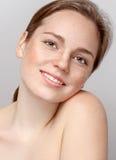 Pięknego kobiety twarzy portreta młody szary tło Obraz Royalty Free