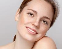 Pięknego kobiety twarzy portreta młody szary tło Fotografia Stock