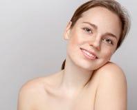 Pięknego kobiety twarzy portreta młody szary tło Zdjęcia Royalty Free