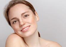 Pięknego kobiety twarzy portreta młody szary tło Zdjęcie Stock