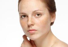Pięknego kobiety twarzy portreta młody szary tło Obrazy Royalty Free