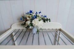 Pięknego luksusowego ślubnego bukieta białe peonie, błękitów kwiaty w pokoju i Fotografia Stock