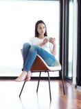 Pięknego młoda kobieta napoju ranku pierwszy kawa Zdjęcie Royalty Free