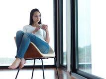 Pięknego młoda kobieta napoju ranku pierwszy kawa Zdjęcia Stock