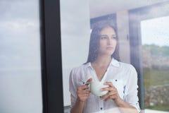 Pięknego młoda kobieta napoju ranku pierwszy kawa Obrazy Royalty Free
