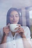 Pięknego młoda kobieta napoju ranku pierwszy kawa Zdjęcia Royalty Free