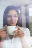 Pięknego młoda kobieta napoju ranku pierwszy kawa Fotografia Royalty Free