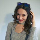 Pięknego młoda kobieta portreta uśmiechnięty styl życia zdjęcie stock
