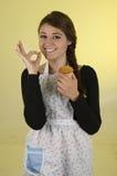 Pięknego młoda kobieta szefa kuchni kucharza piekarniany być ubranym Zdjęcia Royalty Free
