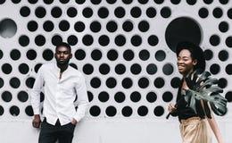Pięknego młodego Afro Amerykańska para jest przyglądającym kamerą i sm Obraz Stock