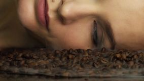 Pięknego młodego seksownego kobieta portreta jaskrawego makeup dekoracyjni kosmetyki stawiają czoło opiek kłamstwa na piec kawowy zbiory wideo