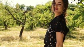 Pięknego młodego seksownego kobiety makeup natury tła długie włosy jaskrawego krajobrazu kolca sucha trawa i drzewa uprawiamy ogr zdjęcie wideo
