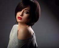 Pięknego makeup seksowna kobieta z krótką włosianego stylu gorącą czerwienią i nu zdjęcia stock