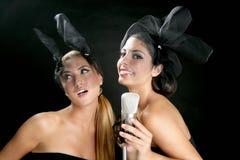 pięknego mikrofonu śpiewackie rocznika kobiety Zdjęcie Royalty Free