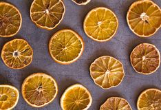 Pięknego odgórnego widoku mieszkania nieatutowy przygotowania suche pomarańcze na zmroku popielatym tle obrazy stock