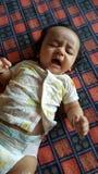 Pięknego płaczu indyjska dziecięca dziewczyna zdjęcia royalty free
