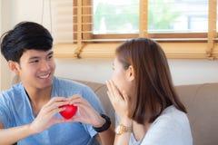 Pięknego portret pary gesta młodego azjatykciego mienia kierowy kształt wpólnie, mąż daje kierowej kształt żonie rozochocony ono  fotografia stock