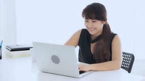 Pięknego portreta kobiety freelance młody azjatykci uśmiech i szczęśliwy pracujący online laptopu sukces z z podnieceniem w żywym zbiory