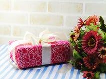 Pięknego prezenta pudełka i sztucznego kwiatu bukiet Zdjęcie Stock
