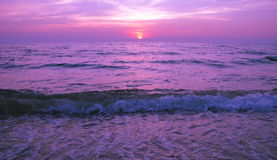 Pięknego purpurowego zmierzchu Płonący nieba nad morzem Fotografia Royalty Free