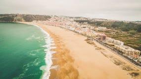 Pięknego pustego oceanu piaskowata plaża w Nazar, Portugalia widok z lotu ptaka Fotografia Stock