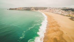 Pięknego pustego oceanu piaskowata plaża w Nazar, Portugalia widok z lotu ptaka Zdjęcie Stock
