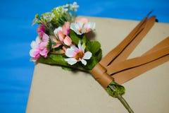 Pięknego romantycznego prezenta pudełka i sztucznego kwiatu bukiet Fotografia Royalty Free