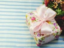 Pięknego romantycznego prezenta pudełka i sztucznego kwiatu bukiet Obraz Royalty Free