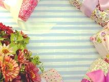 Pięknego romantycznego prezenta pudełka i sztucznego kwiatu bukiet Obrazy Stock