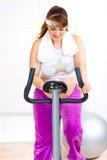 pięknego roweru żeński domowy ciężarny szkolenie Obraz Royalty Free