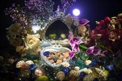 Pięknego rozpieczętowanego starego rocznika srebra sercowata szkatuła z obrączkami ślubnymi z sylwetką zostaje na ma i kolanie mł Zdjęcie Royalty Free