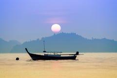 Pięknego słońca powstający niebo z domową rybołówstwo łodzią przy koh payam fotografia royalty free