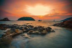 Pięknego słońca ustalony niebo przy yanui plażą Phuket Thailand Fotografia Stock