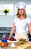 pięknego szef kuchni odosobniona strzału kobieta Zdjęcia Royalty Free