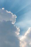 Pięknego tła jaskrawy słońce błyszczy przez chmur Obrazy Royalty Free