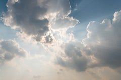 Pięknego tła jaskrawy słońce błyszczy przez chmur Zdjęcia Royalty Free