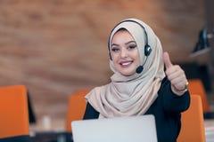 Pięknego telefonu operatora arabska kobieta pracuje w początkowym biurze Obraz Royalty Free